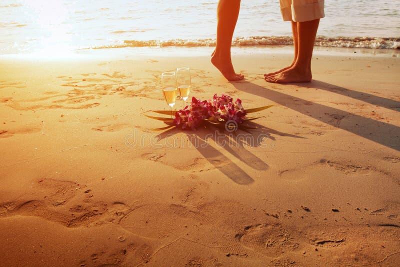 婚姻在海滩,浪漫夫妇的脚 免版税库存照片