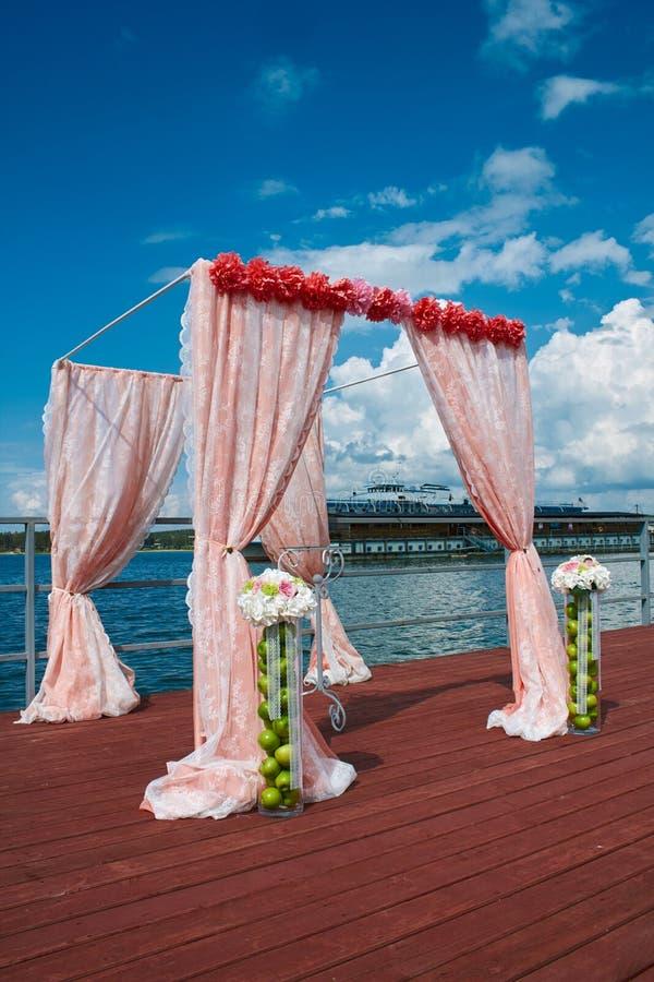 婚姻在珊瑚颜色的海洋样式有船背景 免版税库存照片