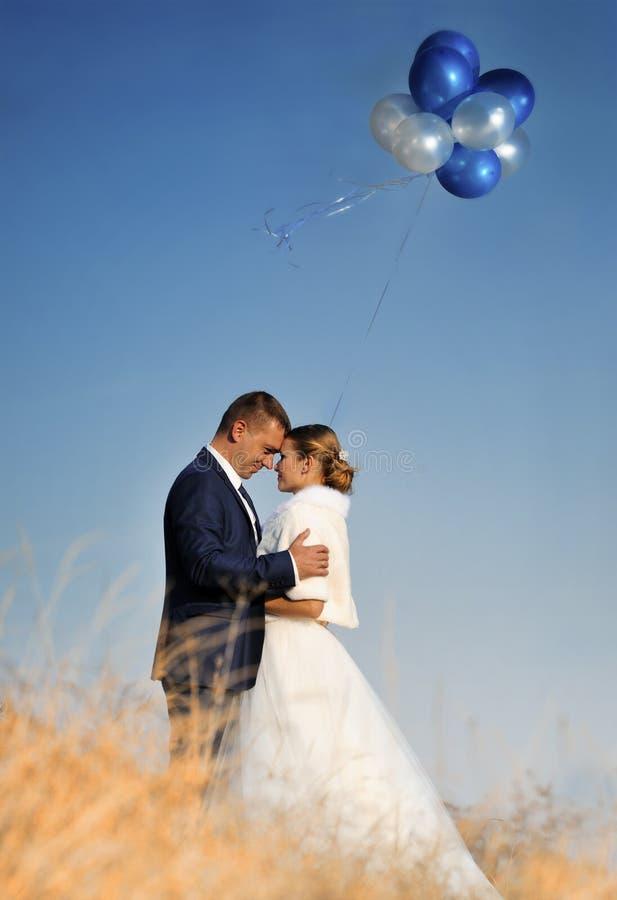婚姻 新娘和新郎与气球 免版税库存照片