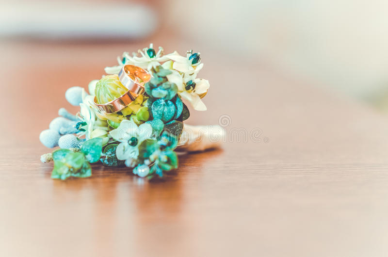 婚姻白色的背景明亮的环形 免版税库存照片