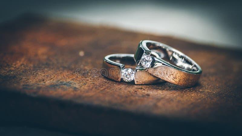 婚姻白色的背景明亮的环形 免版税图库摄影