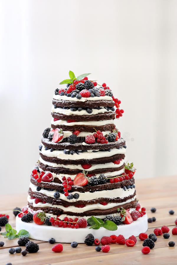 婚姻的土气赤裸蛋糕用在木背景的果子 免版税库存图片