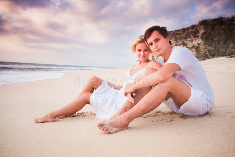 婚姻的美好的夫妇在白色开会穿戴了在海滩 图库摄影