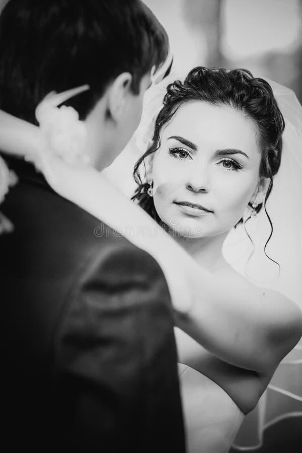婚姻美好的年轻夫妇的黑白色摄影在背景森林站立 库存图片
