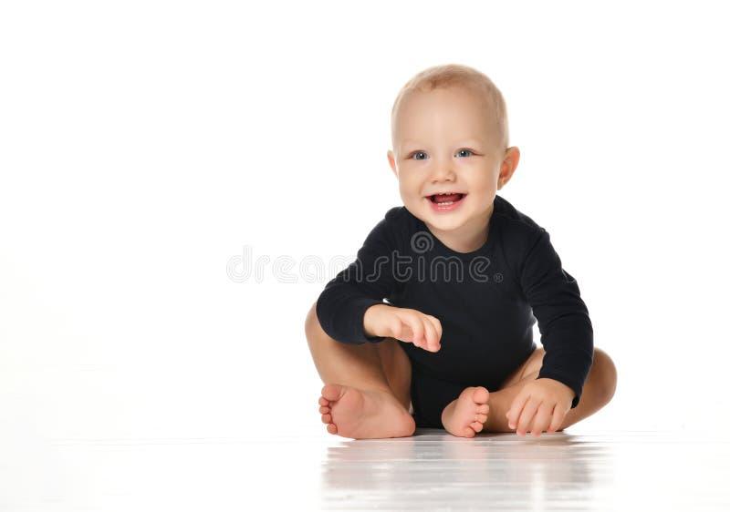 婴儿儿童小小孩爬行的愉快看直接隔绝在白色背景 库存照片