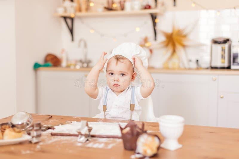 婴儿厨师婴孩画象佩带的围裙和厨师帽子测试 库存照片