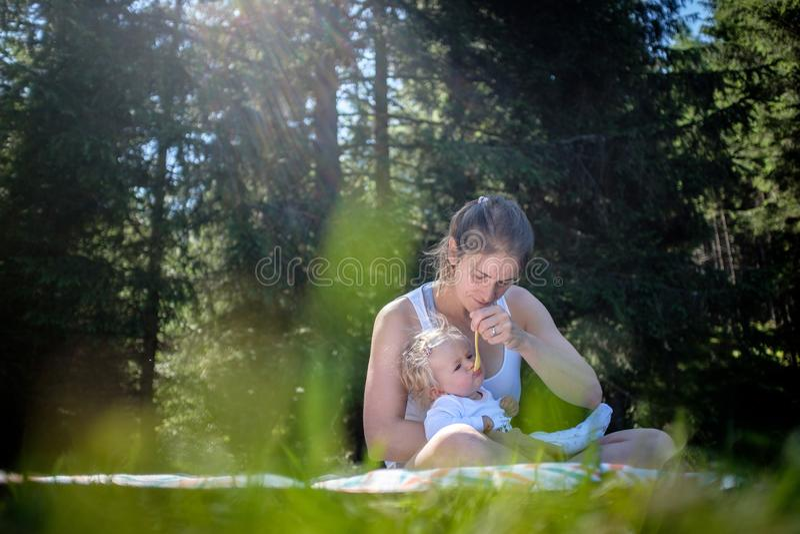 婴儿喂食 免版税库存照片
