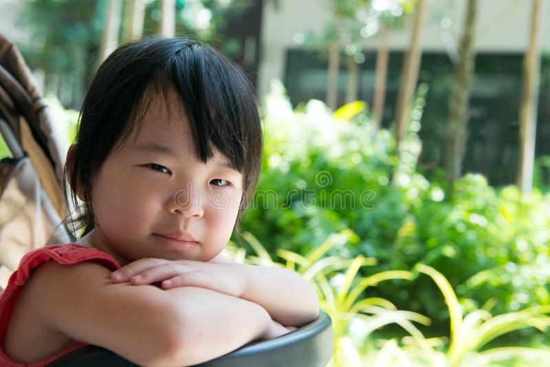 婴儿推车的亚裔儿童女孩 库存照片