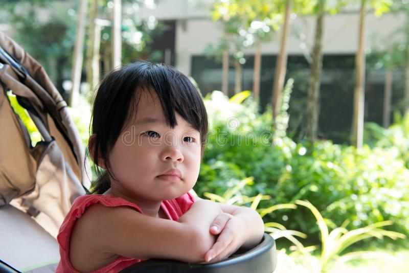 婴儿推车的亚裔儿童女孩 库存图片