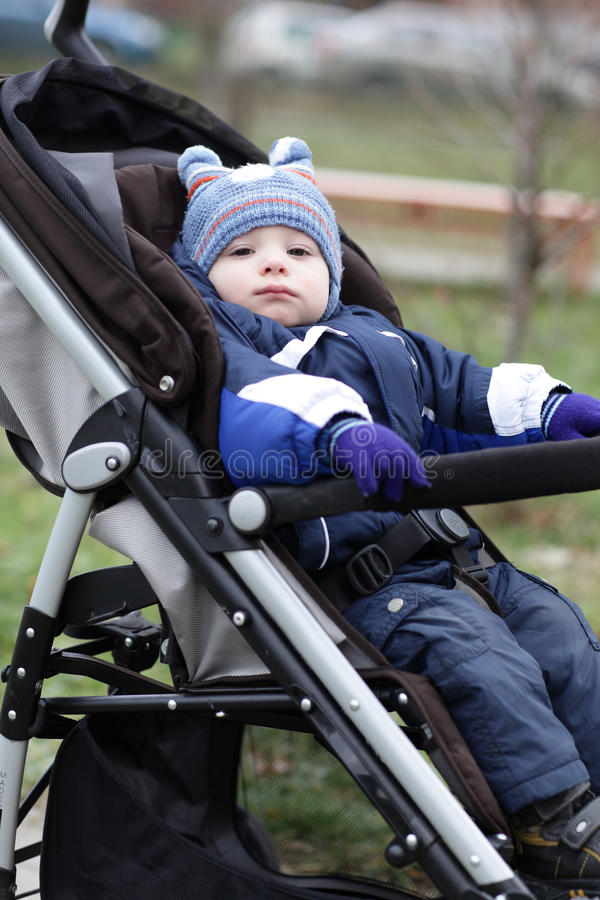 婴儿推车的小孩 免版税库存照片