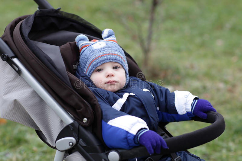 婴儿推车的沉思小孩 库存图片