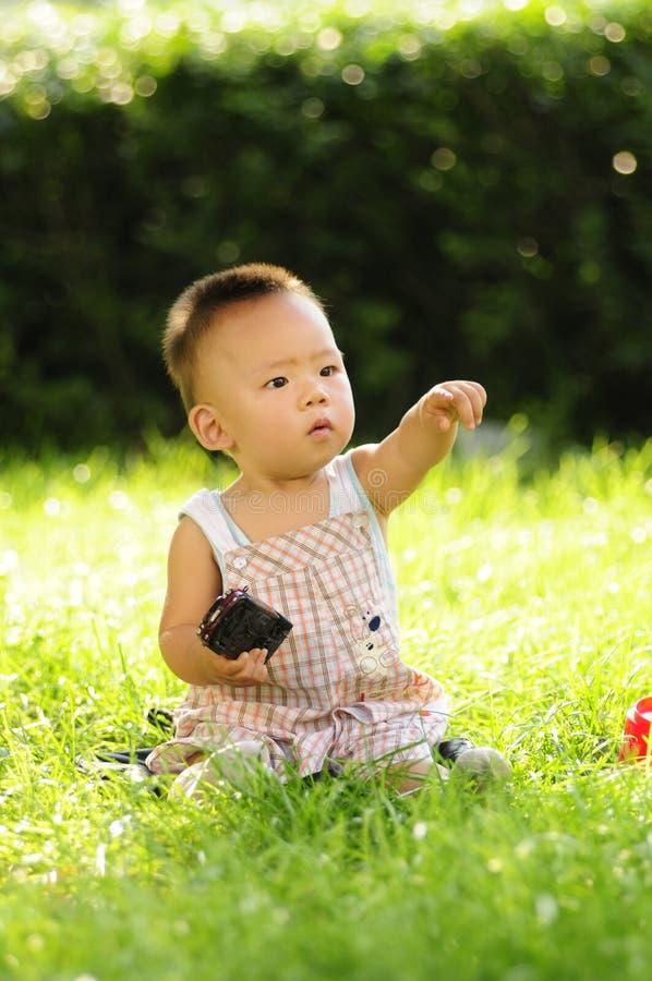 婴儿男孩指向 库存图片