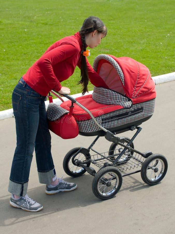 婴儿车妇女 库存图片