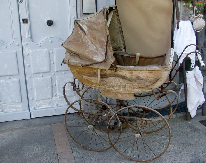 婴儿车被塑造的老 免版税库存照片