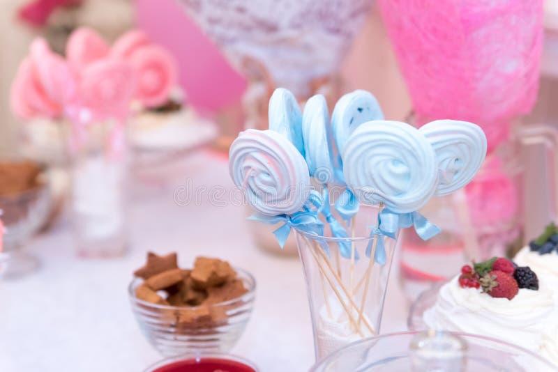 婴儿送礼会和甜点在桌上 库存图片