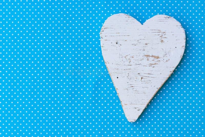 婴儿送礼会或男孩儿童与心脏的生日贺卡在蓝色背景 免版税库存图片