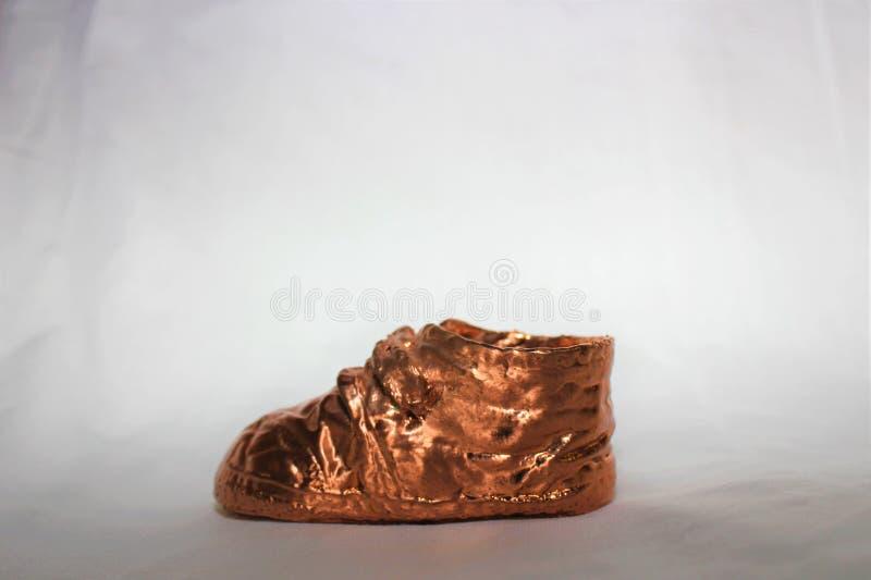 婴儿送礼会的古铜色童鞋 免版税库存照片