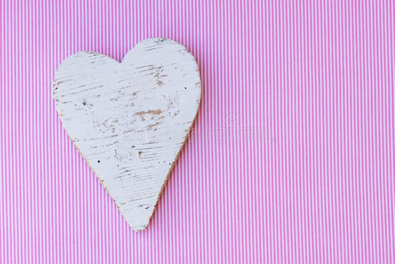 婴儿送礼会背景,它有心脏的一个女孩在桃红色和白色条纹图形 免版税库存图片