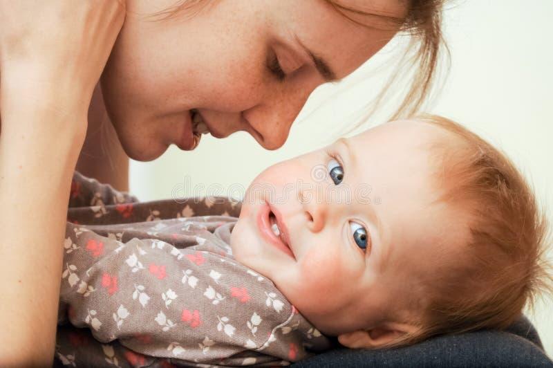 婴孩一点母亲使用 免版税库存图片