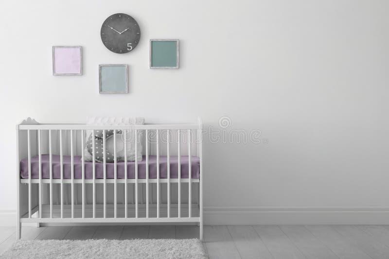 婴孩与小儿床的室内部 免版税库存图片
