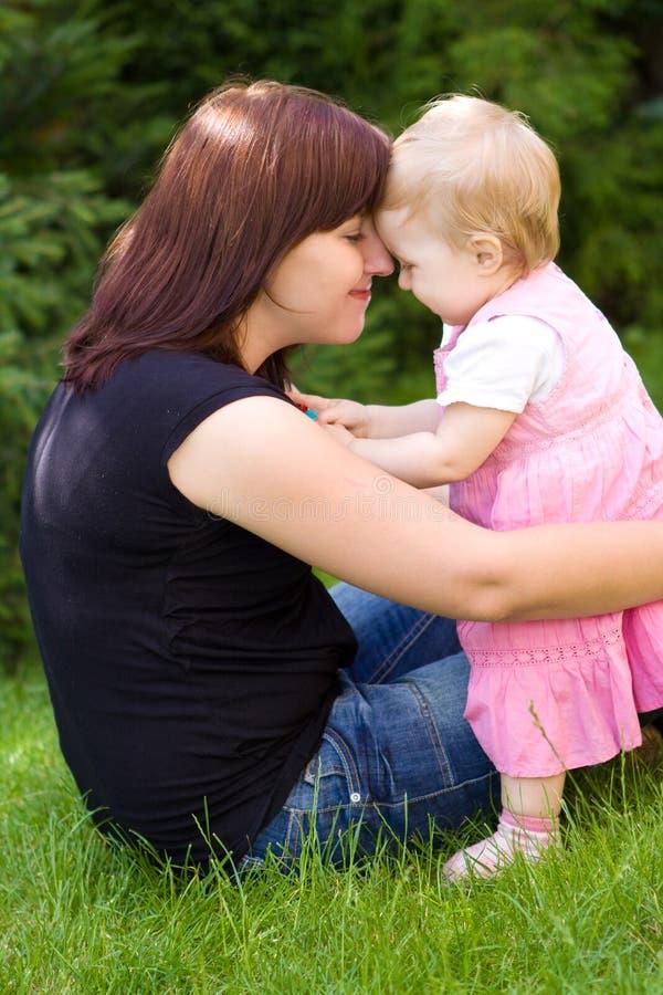 婴孩从事园艺她的母亲 免版税库存图片