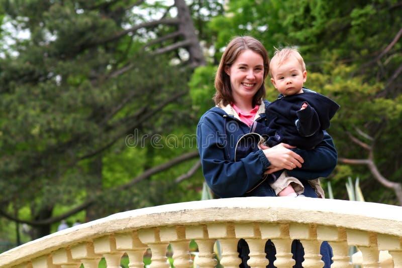 婴孩从事园艺妈妈公共 免版税库存照片