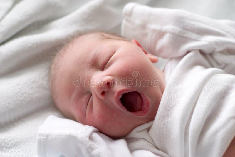 婴孩休眠打呵欠 免版税库存图片