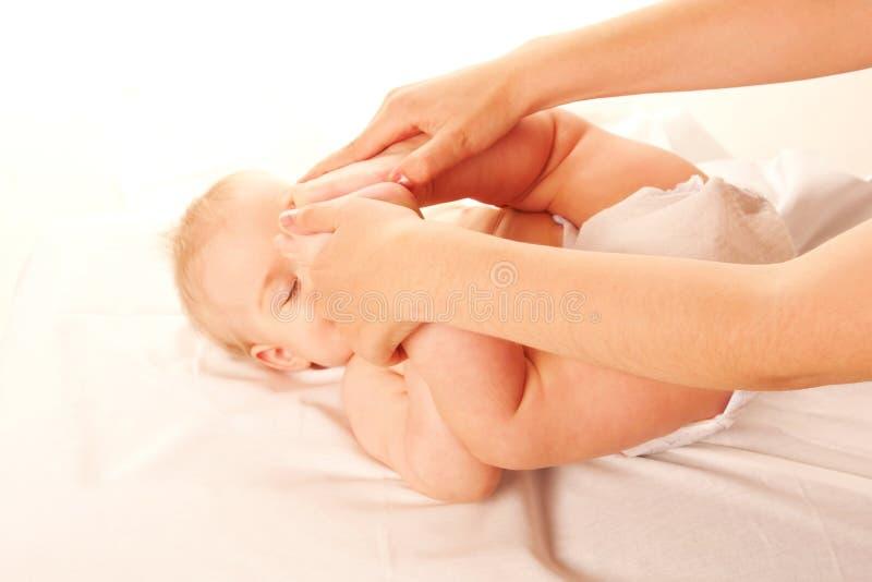 婴孩体操。 执行执行的母亲 免版税图库摄影