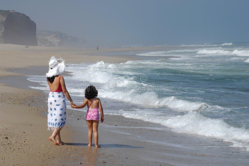 婴孩使她的母亲靠岸 免版税图库摄影