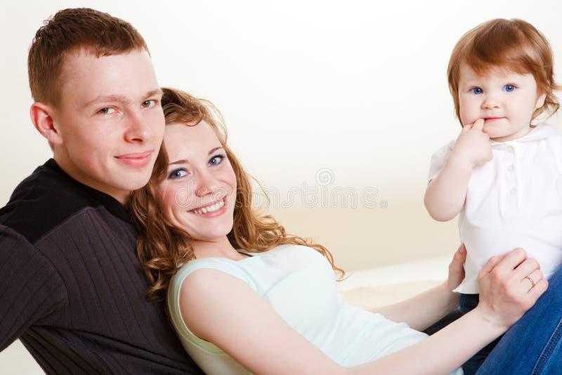 婴孩做父母年轻人 免版税库存图片