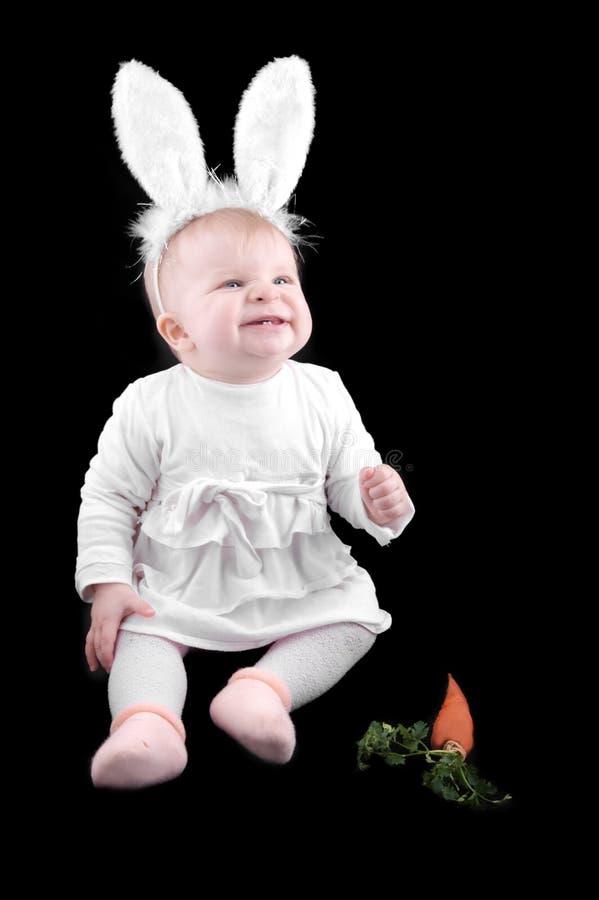 婴孩兔宝宝滑稽红萝卜的服装 库存图片