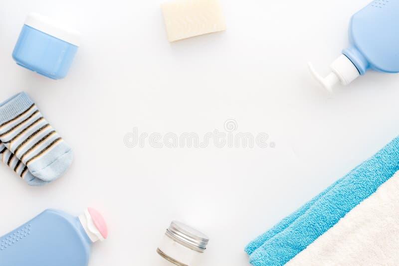 婴孩关心 巴恩化妆用品和辅助部件孩子的 香波,胶凝体,奶油,毛巾,在白色背景顶视图拷贝的袜子 免版税库存图片