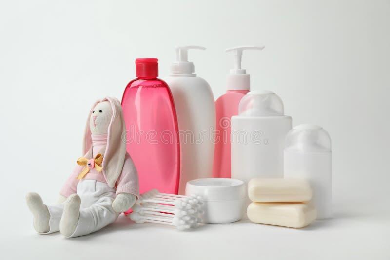 婴孩化妆品、玩具和棉花棒 库存图片