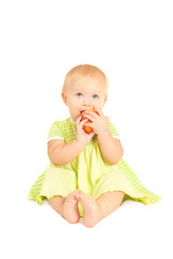 婴孩吃一点桃子红色 库存照片