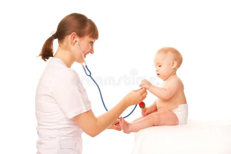 婴孩和医生。 库存照片
