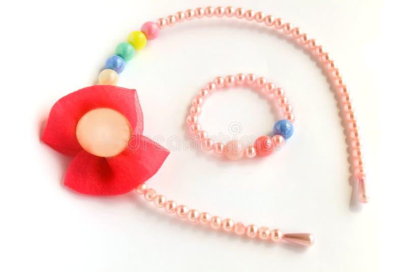 婴孩哄骗头发辅助部件,镯子,手腕带,拷贝空间,被隔绝的白色背景 库存图片