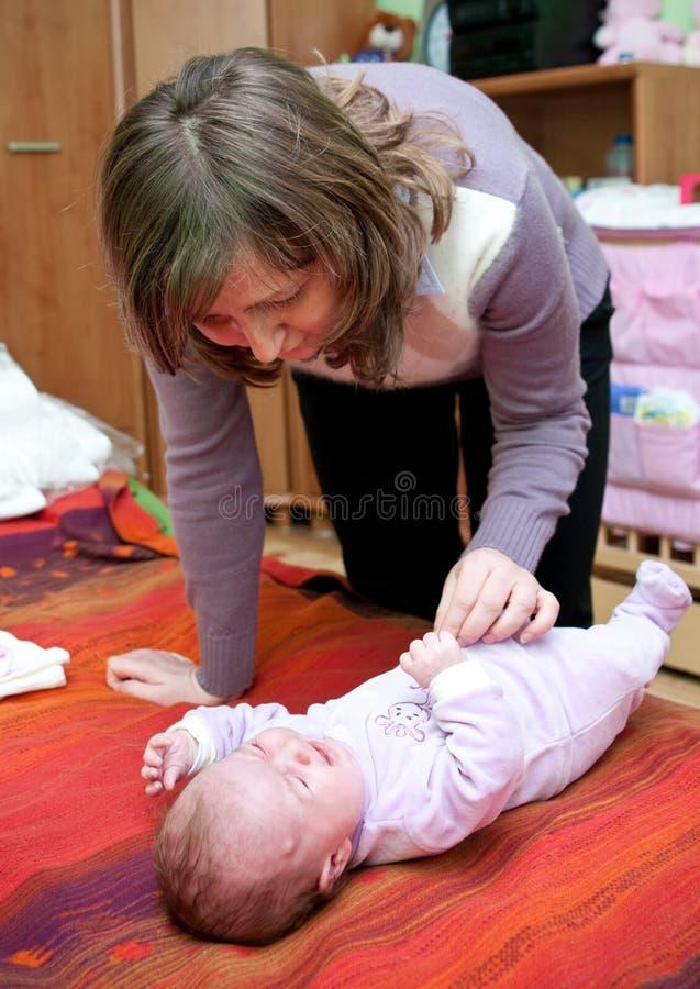 婴孩哭泣的母亲 库存图片