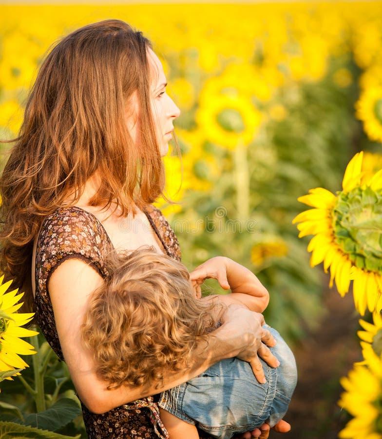 婴孩哺乳的妇女 库存照片