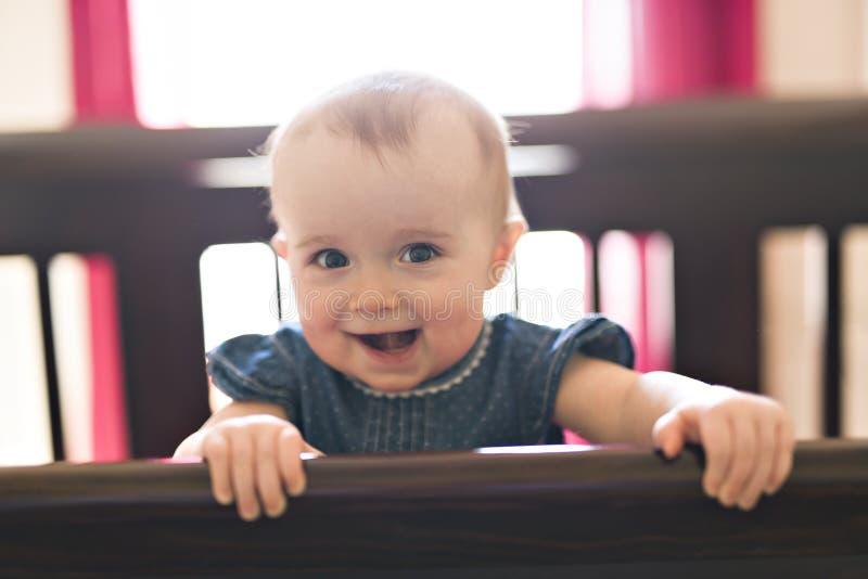 婴孩在小儿床在家卧室 免版税库存照片