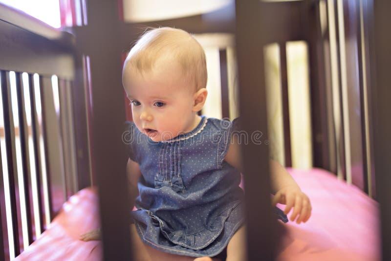 婴孩在小儿床在家卧室 免版税库存图片