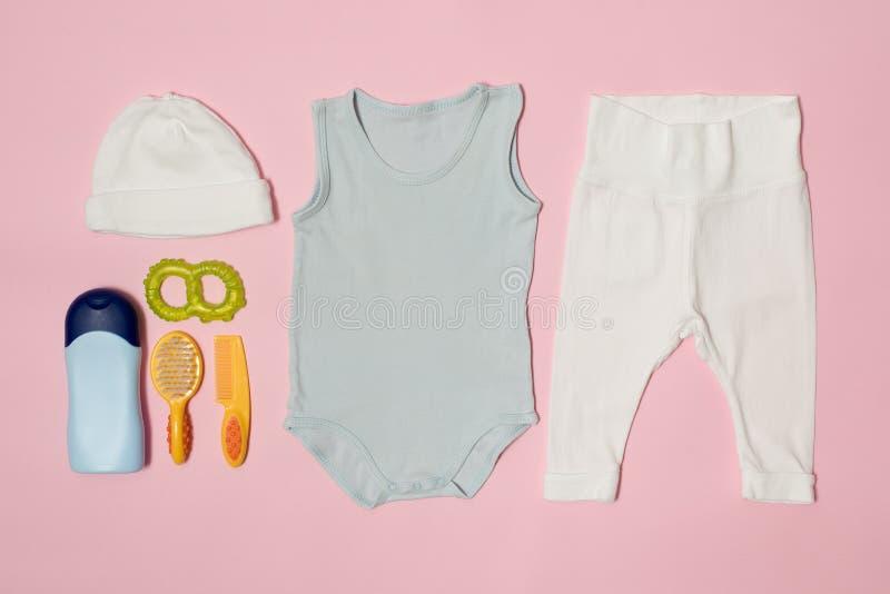 婴孩在桃红色背景的时尚概念 衣物和辅助部件关心的 库存图片