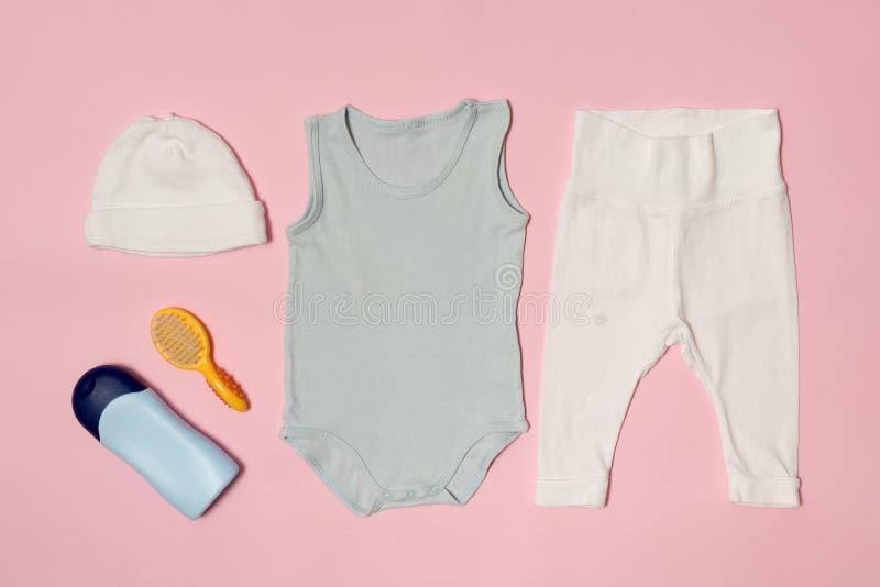 婴孩在桃红色背景的时尚概念 衣物和辅助部件关心的 库存照片