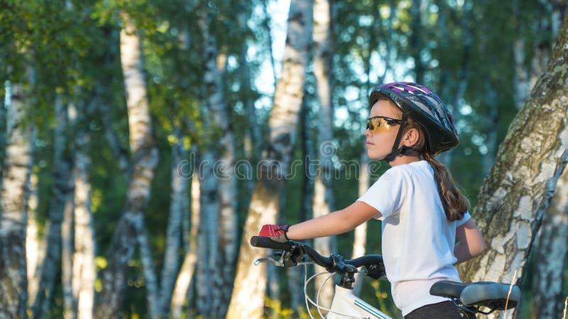 婴孩在森林自然的自行车乘驾在自行车 免版税库存图片