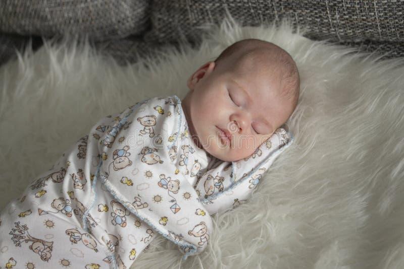 婴孩在毛皮格子花呢披肩的1个月睡眠 睡觉新生儿女孩男孩软的焦点的画象 图库摄影