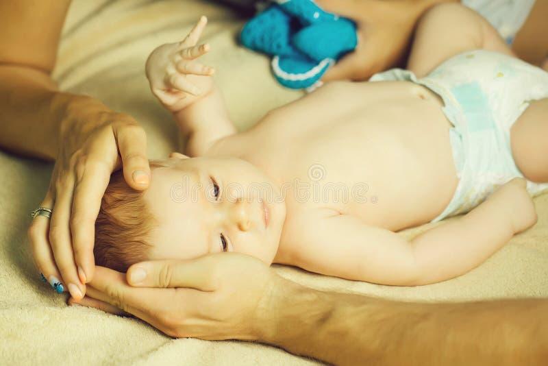 婴孩在父母手上 库存照片