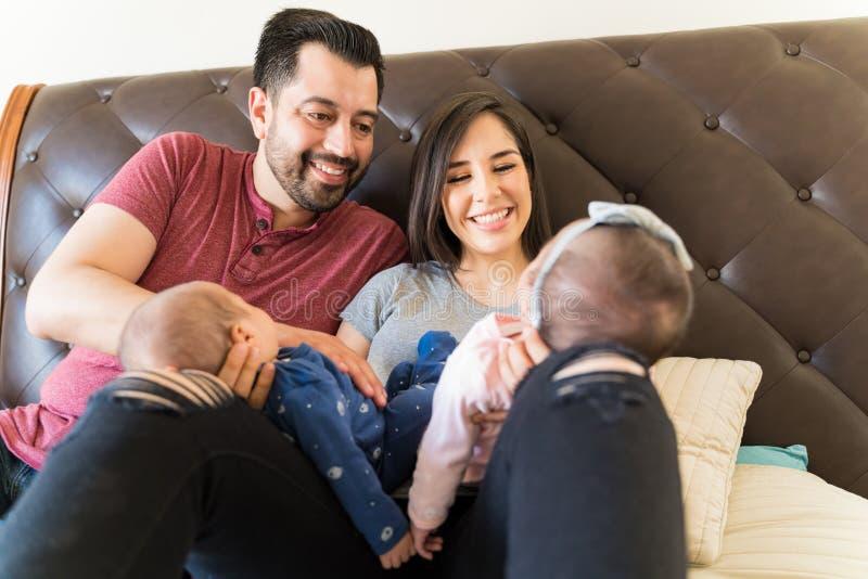 婴孩在生活中带来所有喜悦和爱 库存照片
