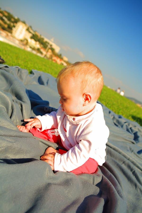 婴孩地面外部开会 免版税库存照片