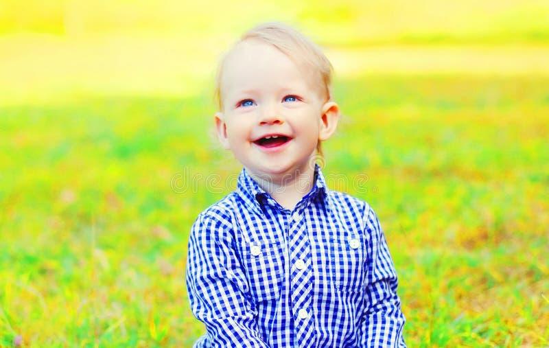 婴孩坐草 免版税图库摄影