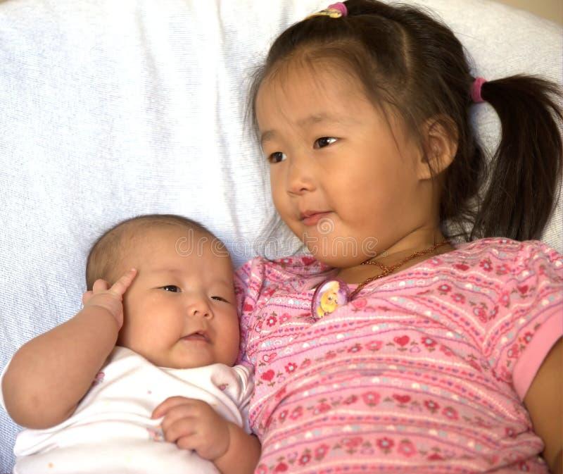 婴孩她的妹 免版税库存照片