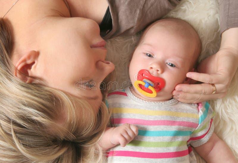 婴孩她的小母亲 免版税图库摄影
